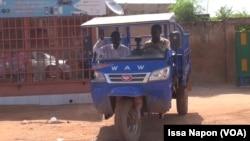 Des vidangeurs manuels d'Ouagadougou au travail, au Burkina Faso, le 11 septembre 2017. (VOA/Issa Napon)