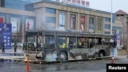 中国宁夏一辆公共汽车被当街烧毁