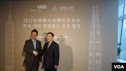 台北101 董事长周德宇(左)和韩国首尔天空董事长朴东基(美国之音杨明拍摄)