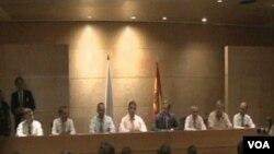 Prva grupa oslobodjenih političkih zatvorenika sa Kube razgovara sa novinarima na aerodromu u Madridu