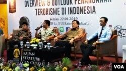 Kepala Sekolah Pancasila Saiful Afif (paling kiri), Staf Ahli Menkopolhukam Sri Yunanto, Benny Mamoto (Wakil Direktur SKSG UI) dan Analis Radikalisme dan Terorisme Rakyan Adi Brata dalam diskusi di Jakarta Selasa (22/1). (Foto: VOA/Fathiyah)