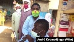 Des musulmans devant une boutique à N'Djamena, le 13 mai 2020. (VOA/André Kodmadjingar).