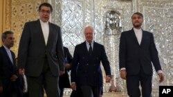 Utusan Khusus PBB untuk Suriah Staffan de Mistura (tengah) saat tiba untuk pertemuan dengan Menlu Iran Mohammad Javad Zarif, di Teheran (10/1).