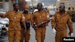 Des soldats burkinabè marchent dans une rue à Ouagadougou, Burkina Faso, le 17 janvier 2016.