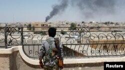 یکی از اعضای یگان های مدافع خلق در جنگ علیه داعش در شهر رقه سوریه - آرشیو