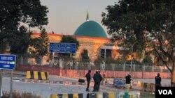مولانا عبدالعزیز نے اُنہیں دوبارہ لال مسجد کا خطیب مقرر کرنے کا مطالبہ کیا ہے۔