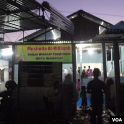 Para pengungsi, Senin (29/8) melakukan sholat tarawih di musholla di huntara Dongkelsari, Cangkringan.
