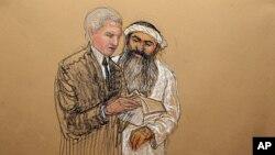 ການສະແດງຮູບພາບນາຍ Khalid Sheikh Mohammed ປຶກສາກັບທະນາຍຄວາມທີ່ເປັນພົນລະເຮືອນຂອງຜູ້ກ່ຽວ.ໃນ ລະຫວ່າງການພັກຜ່ອນ ການດໍາເນີນຄະດີທີ່ອ່າກວງຕານາໂມ, ຄີວບາ. ວັນທີ 5 ພຶກສະພາ. 2012.