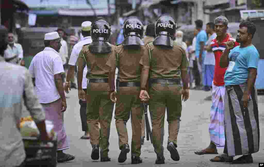 فضای امنیتی در سری لانکا ادامه دارد. امروز نماز جمعه برگزار شد و در یک شنبه اولین هفته بعد از حملات انتحاری به کلیساهای این کشور است که دست کم ۲۵۰ نفر کشته شدند.