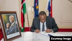Rais Kenyatta akisaini kitabu cha maombolezo ya Rais Moi. Picha zote kwa hisani ya ikulu ya rais Kenya.