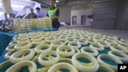 香港海關人員沒收的非法象牙製品