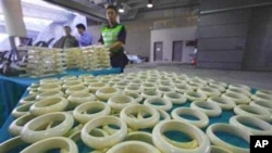 香港海关人员没收的非法象牙制品