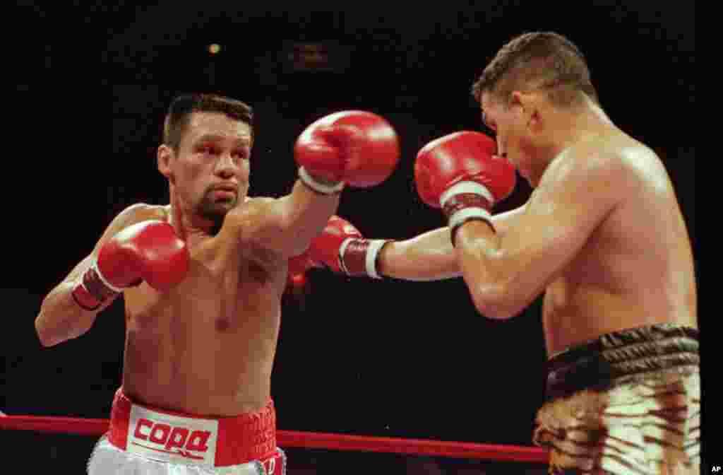 """Roberto Durán y """"Macho"""" Camacho durante una pelea en Nueva Jersey, en 1996."""