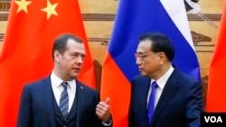 资料照片:中国总理李克强与俄罗斯总理梅德韦杰夫11月1号在北京会晤。