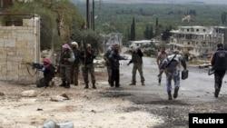 叙利亚自由军的成员10月25日在伊德利卜省与政府军作战