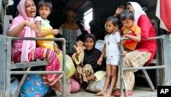 미얀마의 박해를 피해 선박 난민생활을 하고 있는 로힝야족들이 10일 인도네시아 서부 아체 주에 도착했다.