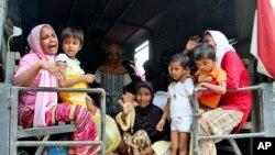 缅甸罗兴亚少数民族的妇女和儿童乘船抵达印尼后被一辆军用卡车送到印尼亚齐省的一个临时庇护所。(2015年5月10日)
