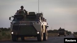Jerin gwanon motocin yakin Faransa a kan wata a wajen garin Markala dake Mali. Junairu 22, 2013.