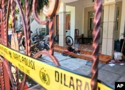 Rumah Dita Oepriarto, yang bersama keluarganya melakukan penyerangan di tiga gereja di Surabaya pada Minggu (13/5), disegel polisi, Senin, 14 Mei 2018.