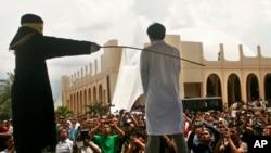 Hukum cambuk di Aceh (Foto: dok).