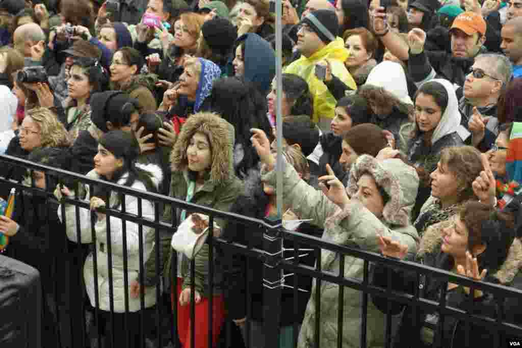 مردم عليرغم باران و هوای سرد از اجرای موسيقی توسط هنرمندان استقبال کردند.