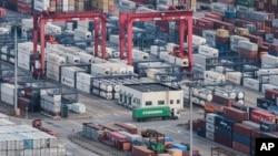 位于上海洋山港的集装箱
