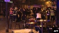 Para petugas medis dan petugas penyelamat Perancis tampak mengevakuasi korban di sebuah restoran di Paris (13/11).