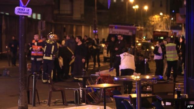 Nhân viên cứu hộ và nhân viên y tế cấp cứu nạn nhân tại một nhà hàng ở Paris, ngày 13/11/2015.