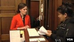 西藏活動分子請求美國國會議員在關注藏人自焚的信件上簽名
