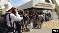 Journalists wait at Phnom Penh International airport, June 4, 2015, for the arrival of refugees from the Pacific Island of Nauru. (Phorn Bopha/VOA Khmer)