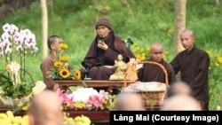 Thiền sư Thích Nhất Hạnh thưởng trà trong một buổi lễ.