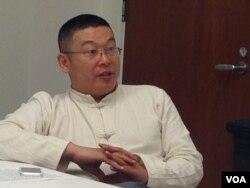 杨建利接受美国之音采访(美国之音莉雅拍摄)