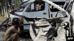 Знищений вибухом автомобіль у Пешаварі