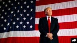 ARSIP - Presiden Donald Trump diperkenalkan untuk berbicara di depan militer AS di Pangkalan Angkatan Laut Sigonella, Sabtu, 27 Mei 2017 di Sigonella, Italia (foto: AP Photo/Evan Vucci)