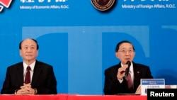 台湾经济部长张家祝与外交部长林永乐在台湾与新加坡签署贸易协议后出席记者会。(2013年11月7日)