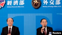 Người đứng đầu Cơ quan kinh tế Đài Loan Chang Chia-Juch và Bộ trưởng Ngoại giao Ðài Loan David Lin trong cuộc họp báo sau khi Ðài Loan và Singapore ký hiệp định thương mại tự do sau hơn 3 năm đàm phán.