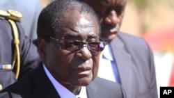 津巴布韦总统穆加贝今年七月出席一名军官的葬礼
