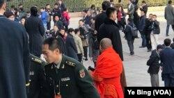 2017年3月3日下午三点,中国人民政治协商会议12届5次大会在北京人民大会堂开幕。图为来自各地的政协委员步入会场。(美国之音叶兵拍摄)
