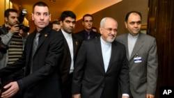 Ngoại trưởng Iran Mohammad Javad Zarif, thứ hai bên phải, đến đàm phán về chương trình hạt nhân của nước này tại Geneva, 22/11/2013
