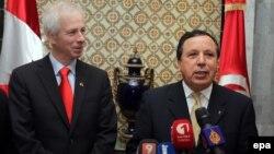 Le ministre des Affaires étrangères tunisien Khemais Jhinaoui, à droite, et son homologue canadien Stéphane Dion, à gauche, donnent une conférence de presse conjointe au ministère des Affaires étrangères à Tunis, en Tunisie, 21 mai 2016. epa / MOHAMED Me