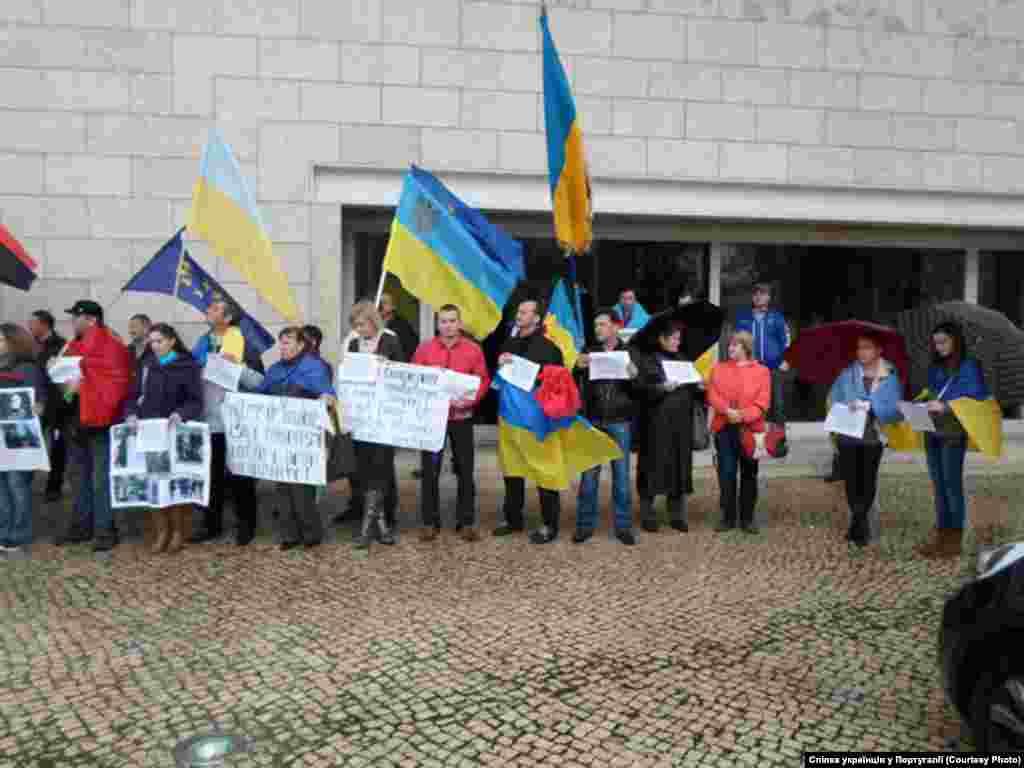 """Лісабон """"У ваших силах допомогти нам вже зараз і структурно. Припиніть підживляти те, що спонукало нас до міграції, а Україну - до можливого кровопролиття. Припиніть приймати награбовані прибічниками Януковича в українського народу кошти у ваші банки, продавати їм нерухомості, надавати їм захист від справедливого гніву власного народу""""."""