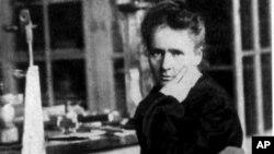 Marie Curie fue la primera mujer en ganar el Premio Nobel en 1903, gracias a sus avances en la investigación de la radioactividad.