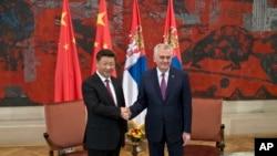 2016年6月18日塞尔维亚总统尼科利奇和到访的中国国家主席习近平握手。