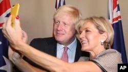 英國外交大臣約翰遜星期四在澳大利亞悉尼訪問和澳大利亞外長畢曉普自拍。