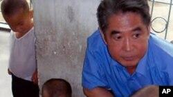 북한 고아원을 방문한 '한-슈나이더 국제아동재단'의 샘 한 이사장(자료사진)