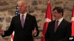 El vicepresidente Joe Biden, junto al primer ministro de Turquía Ahmet Davutoglu, antes de la reunión privada.