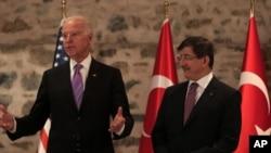 Phó Tổng thống Mỹ Joe Biden, trái, và Thủ tướng Thổ Nhĩ Kỳ Ahmet Davutoglu trong 1 cuộc họp báo tại Istanbul, Thổ Nhĩ Kỳ.