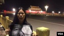 """廣東維權人士李小玲6月3日晚到北京天安門舉牌,牌上寫""""光明六四,光明行"""",並燃點臘燭。 (參與網圖片)。後來李小玲等人以""""涉嫌尋釁滋事""""為由被刑拘。"""