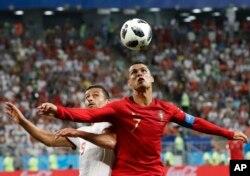El portugués Cristiano Ronaldo, a la derecha, y el iraní Omid Ebrahimi desafían el balón durante el partido del grupo B entre Irán y Portugal en la Copa Mundial de fútbol 2018 en el Mordovia Arena en Saransk, Rusia, el lunes 25 de junio de 2018. (AP Photo / Pavel Golovkin)
