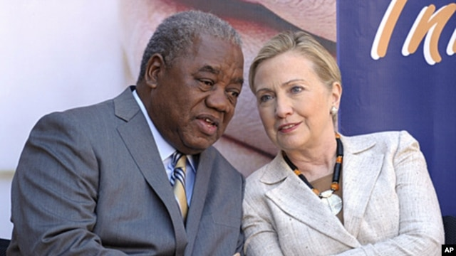 US Secretary of State Hillary Clinton talks with Zambia's President Rupiah Banda during her visit to the newly opened University Teaching Hospital Pediatric Centre of Excellence, in Lusaka, Zambia, June 11, 2011